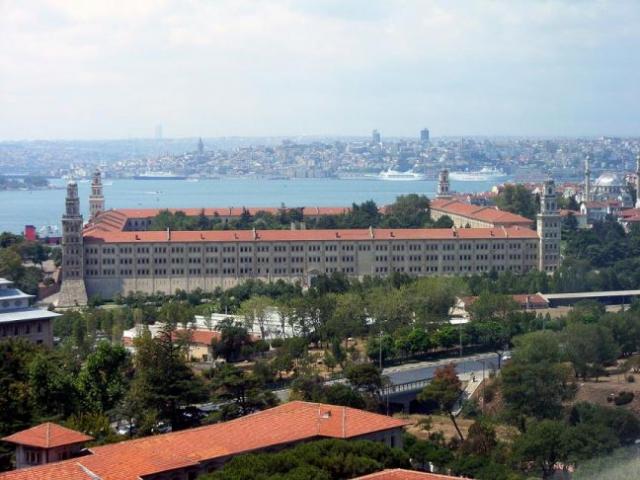 Selimiye Kışlası  İstanbul Anadolu yakasından İstanbul'un Tarihi Yarımadasına tüm heybetiyle gövde gösterisi yapan Selimiye Kışlası'nın yerinde önceleri Kanuni Sultan Süleyman'ın yaptırdığı bir saray vardı. Sarayın yerine 3. Selim tarafından kurulan düzenli ordu Nizam-ı Cedid askerleri için 1794-1799 yıllarında yaptırılan ahşap kışla ile başlar Selimiye Kışlasının hikayesi.  1807 yılındaki Yeniçeri ayaklanmasıyla yıkılan ahşap kışla günümüze ulaşamazken, Sultan II.Mahmud 1827-1829 yılları arasında kışlanın yerine dönemin ünlü mimar ailesi Baylanlardan Mimar Krikor Balyan'a Kagir (taştan) bir kışla yaptırmıştır. Sultan Abdülmecid döneminde yapılan düzenlemeler ve dört köşesine eklenen yedişer katlı kulelerden sonra  Selimiye Kışlası bugünkü halini almıştır.  1854 Kırım savaşında İngiliz askerlere tahsis edilen kışlada, Modern Hemşireliğin kurucusu Florence Nightingale İngiliz askerlerin tedavisi ile ilgilenmiştir. Florence Nightingale ve arkadaşlarının kaldığı oda  bugün Florence Nightingale Müzesi olarak deniz tarafındaki kuzeybatı kulede bulunmaktadır.  1959 ve 1963 yılları arasında Selimiye Askeri Ortaokulu olarak kullanılan kışla, bugün Türk Silahlı Kuvvetlerine bağlı 1. Ordu Karargahı olarak kullanılmaktadır.  Üniversite yıllarında bir 19 Mayıs günü ziyaret ettiğimizde bizlere subaylar Selimiye Kışlasını ve Florence Nightingale Müzesini de gezdirmişti. Kışla binasının bahçesinde bulunan bayrak direği ise 68 metrelik yüksekliği ile Türkiye'nin En Yüksek Bayrak Direği olma unvanını taşıyor. 20 Temmuz 2005'te hizmete giren bayrak direği 12 Ton ağırlığında ve 15×10 metrelik kocaman bir Türk Bayrağını şerefle taşıyor.