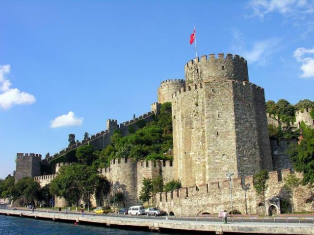 """Rumeli Hisarı  Rumeli Hisarı, İstanbul Boğazı'nın en dar noktası olan yerde bugünkü Sarıyer ilçesi sınırlarına Fatih Sultan Mehmed tarafından İstanbul'un fethi öncesinde  İstanbul'a Karadeniz'den gelecek yardımları engellemek için yaptırılmıştır.  Rumeli Hisarı'nın 90 günde yapılan 3 büyük kulesi Dünya'nın en büyük hisar burçlarıdır. Bu burçların dışında 13 irili ufaklı burca sahip olan Rumeli Hisarı'nın deniz tarafındaki kısmının inşaatını bizzat Fatih Sultan Mehmed üstlenmiştir.  İstanbul Boğaz manzarasına bir başka ahenk katan Rumeli Hisarı'na yukarıdan bakıldığından """"Muhammed"""" yazılı olduğu görülmektedir. Günümüzde Rumeli Hisarı, İstanbul'un fethi sırasında Haliç'i kapadığı söylenen zincirler, top ve gülleler açık olarak sergilenmek üzere müze olarak hizmet vermektedir.  Aynı zamanda yaz aylarında Rumeli Konserleri ve çeşitli etkinlikler düzenlenmektedir."""