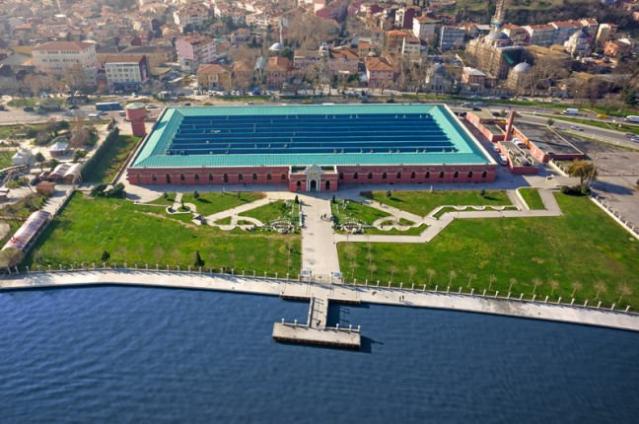 Feshane  İstanbul Büyükşehir Belediyesi'nin Haliç'e renk katan projesi Feshane, özellikle Ramazan ayı etkinlikleri ile neredeyse tüm Türkiye'den ziyaretçi akımına uğramaktadır. Feshane Ramazan Şenlikleri İstanbul'da Sultanahmet gibi bir etkinlik merkezi olmuştur.  Bununla birlikte bir çok sergi, toplantı, fuar ve uluslararası etkinliğe ev sahipliği yapan Feshane'de genellikle Anadolu şehirlerinin kültür günleri İBB İSMEK (İstanbul Meslek Edindirme Kursları) sergileri ile ziyaret edilmektedir.  Feshane, İstanbul'un gerçek anlamda ilk tekstil ve sanayi kuruluşu olarak 1835 yılında mimarisi ile de tek olarak inşa edilmiştir.  Belçika'da döküm olarak imal edilen çelik kolonlar sayesinde de ilk prefabrik çelik konstrüksiyon tekstil fabrikası olma özelliğindedir  Asıl kuruluş amacı Osmanlı ordusunda yeniçerilerin gitmesi ile gelen yeni orduya kıyafet dikmek olan Feshane, bir dokuma ve fes fabrikasıdır. 1893 yılında  Chicago'da uluslararası bir fuara katılan fes ve yün dokumalarımız ödül ile fuardan ayrılmıştır.  Osmanlı ordusunun üniformalarını yurt dışından almaya başlamasıyla birlikte Feshane-i Amire adını alarak sadece fes üretmeye başlamıştır.  Bir dönem halı da dokunan fabrikada 1918 yılında Talat Paşa Çanakkale Zaferi dolayısıyla bir halıyı Gazi Mustafa Kemal'e armağan ederken bu halı da Feshane'de üretilmiştir.  1939 yılında, Feshane o zamanki adıyla Feshane Mensucat A.Ş kapatılarak, Sümerbank Defterdar Fabrikası olarak çalışmaya devam etti. 1953 yılında 389 kadın işçinin fabrikada çalışıyor olması, Türk toplumu adına kadınların da iş hayatında yer almaya başladığını göstermesi açısından önemli bir gelişme olarak tarihteki yerini almıştır.  1998 yılında İstanbul Büyükşehir Belediyesi daha önceleri çeşitli sebeplerle aksayan restorasyona tekrar başlarken bilimsel çalışmalar ile Üniversitelerden de yardım aldı. Daha önce çok kez su basan Feshane'nin Haliç sularından 70 cm kadar aşağıda kalmasının su baskınlarına sebep olduğu için üniversitelerin yaptığı etüt çalışmas