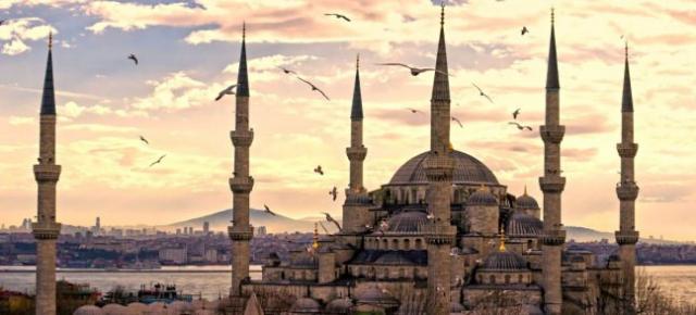 """Eyüp Sultan Camii  Peygamber Efendimiz Hz. Muhammed'in (s.a.v.) Vahiy katibi olan  Hz. Ebu Eyüb el-Ensari peygamber efendimizi Medine'ye Hicretinden sonra evinde misafri etmiş ve ölümüne kadar da yanında olma şerefine nail olan sahabilerdendir.  İstanbul ve İslam alemi için önemli bir zat olan Hz. Ebu Eyüb el-Ensari  668-669 Emevi İstanbul Kuşatması sırasında bugün Haliç kıyısında bulunan Cami, Türbe, Haman gibi bölümlerden oluşan bir kompleksin olduğu yerde şehit düşmüştür.  Fatih Sultan Mehmed Han, İstanbul'u fethettikten sonra hocası Akşemsettin rüyasında gördükten sonra bugün Eyüp Sultan Camisinin bulunuğu yere türbesi yapılmıştır. Medrese, İmaret Hamam ve Cami yine Fatih Sultan Mehmed Han tarafından 1459 yılında yaptırılmıştır.  1766 yılındaki depremde büyük zarar göre bu cami onarılamayacak gibi olduğu için 1798'de yıkılmış ve 1800 yılında 3. Selim'in yeni yaptırdığı cami ibadete açılmıştır.  İslam dünyası için de çok önemli olan Eyüp Sultan Cami ve Türbesi özellikle cuma günleri ve ramazan ayında ziyaretçi akınına uğrar. Sabahlara kadar insanların ibadet ettikleri ve Peygamber efendimize hizmetleri geçen bu zatı muhteremin huzurunda Allah'a yalvarır, dilek ve isteklerini Allah'a iletirler.  Efsane gezgin Evliya Çelebi, Eyüp Sultan Caminden şu şekilde bahsetmiştir;  """"Eyüb Sultan Camii: Bu, Fatih Sultan Mehmed Han'ın yapısıdır ki sevabını Eba Eyüb'e hediye eylemiştir. Deniz kıyısına yakın ensari yerinde düz bir yerde yapılmıştır. Bir kubbelidir. Mihrab tarafında yarım kubbesi daha vardır. Lakin o kadar yüksek değildir. Caminin içinde sütun yoktur. Orta kubbe etrafında sağlam kemerler vardır. Mihrabı ve minberi sanatlı değildir. Hünkar mahfili sağ taraftadır. İki kapılıdır. Biri sağ tarafta yan kapısı, diğeri kıble kapısıdır. Kıble kapısı üzerinde bir mermer üzerindeceli yazı ile şu tarih yazılmıştır: hamden lillah beyti mamur oldu bu. Sağ ve solda iki minaresi vardır. Avlusunun üç tarafı odalarla süslüdür. Ortasında cemaat maksuresi vardır. Bu maksure ile Eba E"""