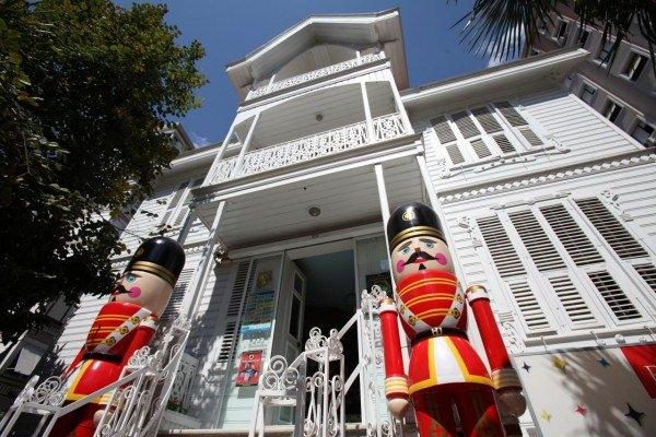 İstanbul Oyuncak Müzesi  Yazar ve Şair Sunay Akın tarafından düşlenen, tasarlanan ve uygulamaya geçirilen Türkiye'nin ilk ve Tek Oyuncak müzesi İstanbul Oyuncak Müzesi'dir.  Sahip olduğu oyuncak koleksiyonuna, gezdiği ülkelerden ve dostlarından topladığı oyuncakları da ekleyerek İstanbul Oyuncak Müzesini kuran Sunay Akın, müze tesisi için ailesine ait olan Göztepe'deki konağı kullanmış.  Koleksiyonu dışındaki satın aldığı tüm oyuncakları tv programları, kitapları ve tek kişilik gösterilerinden elde ettiği paralarla satın almış.Oyuncaklar içerisinde metal, kumaş, tahta, mekanik olmak üzere yaklaşık 4000 parça oyuncak sergilenmekte olup bazı oyuncakların yaşları oldukça fazla.  Dolayısıyla bu müzede günümüz çocukluğu yanı sıra, kendinizin, baba ve hatta dedelerinizin bile çocukluğuna rastlayacaksınız. Konak'ta her oda farklı bir konu ve tarihi hadiseler yanı sıra kategorilere ayrılarak düzenlenmiş.Hepimizin çocukluğundan hatıralar, geçmiş anılar, arkadaşlar ve bize oyuncak hediye eden amca ve nineleri anma fırsatı bulacaksınız.Her zaman güldüren oyuncaklar zaman zaman gözlerinizi dolduracak anıları tazelerken.  İstanbul Oyuncak Müzesi, aynı zamanda çeşitli etkinliklere de ev sahipliği yapıyor.  Çocuk tiyatroları, Atölyeler, Sergiler, Doğum günü partileri gibi bir çok etkinliğe İstanbul Oyuncak Müzesi'nde ulaşmanız mümkün.