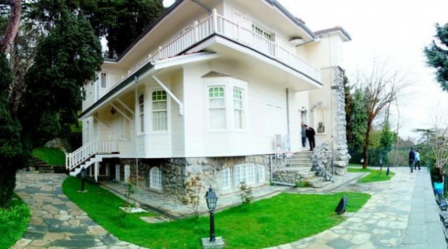 """Aşiyan Müzesi  Beşikataş Bebek'teki aşiyan yokuşunda bulunan Farsça """"Kuş Yuvası"""" anlamına gelen """"Aşiyan"""" Türk Şairi Tevfik Fikret'in kendi elleriyle planını çizdiği eve verdiği isimdir.  1906 ile 1915 yılları arasında yaşadığı bu 3 katlı ve bahçe içerisindeki ev Tevfik Fikret için hayatındaki en önemli şeylerden birisidir.Lütfi Kırdan İstanbul'un valisi ve belediye başkan iken 1940 yılında Tevfik Fikret'in eşi Nazmiye hamım'dan bu güzel evi alıp Edebiyat-ı Cedide Müzesi olarak 1945 yılında ziyarete açmıştır.  1961 yılında Tevfik Fikret'in Eyüp'te bulunan mezarı çok sevdiği evi Aşiyan'ın bahçesine taşınmış ve bu tarihten itibaren Aşiyan Müzesi olarak anılmaya başlamıştır.Ev 3 katlı olup giriş katta; idari işler olarak kullanılan bölüm yer almaktadır.  Aşiyan evinin birinci katında; Edebiyat-ı Cedideciler`in fotoğraf, kitap ve özel eşyalarının bulunduğu Edebiyat-ı Cedide Odası, kadın şairlerimizden Nigar Hanım`a ait kitaplar, fotoğraf, resimler, şahsi arşiv ve eşyalarının sergilendiği Şair Nigar Hanım Odası bulunmaktadır. Aynı katta Can Dündar'ın """"Lüsyen"""" adlı eserine konu olan ünlü şair Abdülhak Hamit`e ait kişisel eşyalar, tablolar, fotoğraflar, çalışma masası ve koltukların bulunduğu Abdülhak Hamit Salonu da bulunmaktadır.  Abdülhak Hamit Şair-i Azam olarak unvan almış ve bir çok nişan ve ödül ile şereflendirilmiş bir şairdi. Şair'in son eşi Lüsyen hanımefendi tarafından bağışlanan eşyaları müzenin en büyük salonlarından birinde sergilenmekte olup şairin Halife Abdülmecid tarafından resmedilen yağlı boya portresi de sergilenmektedir.  Aşiyan Müzesinin ikinci katı şair Tevfik Fikret'e ayrılmış olup, Tevfik Fikret'in kaldığı odası, öldüğü yatağı, özel eşyaları, Mihri hanım tarafından şairin yüzünden alınan maskın örneği bulunmaktadır. Aynı katta Şehzade Abdülmecit Efendinin Tevfik Fikret'in sis şiirinden esinlenerek yaptığı tablosu """"Sis"""", şairin çalışma odası ve kendi yaptığı tabloları da bulunmaktadır.  Galatasaray Spor Kulübü kurucularından olan Tevfik Fikret'in ev"""
