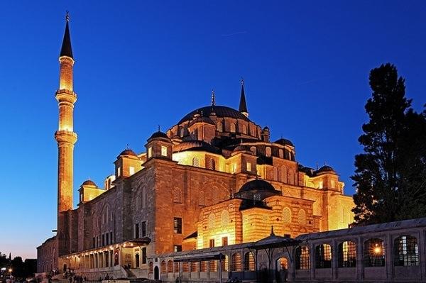 Fatih Camii  İstanbul'un yedi tepesinden birine kurulan Fatih Cami ve Külliyesi yapılmadan önce bu tepede, I. Constantinus'un döneminde yapılan Havariyun(12 Havari) kilisesi yer alıyordu. Daha önceleri bu tepede bazı Bizans İmparatorlarının da gömüldüğü rivayet edilmektedir.  Fatih Sultan Mehmed Han, bizans için çok önemli bir yer olan ve Ayasofya'dan sonra en kutsal sayılan, şehrin de ortasında bulunan 12 havari kilisesi'nin (Hagioi Apostoloi) yerini özellikle seçtiği, şehrin ortasında İslam inancına ait bir simge olmasının şehre yeni bir inancın hakim olduğunun işaretlerini vermeyi hedeflediği düşünülmektedir.  Faith Sultan Mehmed Han'ın şehrin ortasına inşa ettirdiği bu cami ve külliyesini örnek bir şehircilik anlayışı ile düzenlediği Fatih Camisini merkez alarak, iki yanında medreseler, bunların önünde bir tarafta aş evi, öteki tarafta hastane, daha ileride bir çarşı ile bir de hamam yer almıştı.  Yapımı 8 yıl süren cami 1470 yılında tamamlanmış olup, 2. Bayezid ve 3. Mustafa zamanlarında yaşanılan depremlerde gördüğü hasar nedeniyle 2 kez yeniden onarılmıştır. Bu onarımlardan sonra cami orijinal görüntüsünden uzaklaşmıştır.  Caminin ilk inşasından bugüne depremlerden dolayı bir çok yer değişmek zorunda kalmış ve sadece şadırvan avlusunun üç duvarı, şadırvan, taç kapı, mihrap, birinci şerefeye kadar minareler ve çevre duvarının bir kısmı kalmıştır.  Fatih Sultan Mehmed Han'ın da Türbesi Fatih Cami Külliyesinde yer almaktadır. Büyük cibali yangınında büyük zarar gören türbede sanduka ve türbe binası 1.Abdülhamid tarafından yenilenmiştir. Sanduka yeniden yapılmış ve üzerine de Kabe örtüsü örtülmüştür.  Fatih'in türbesi ile ilgili bir kaç rivayet vardır. Fatih'in Türbesi hali hazırda 12 havariden kalan yıkıntıların üzerine yapıldığı için cami külliyesi altında bulunan bir dehlizde Fatih'in asıl mezarının yer aldığı, caminin depremlerdeki yenilenme çalışmaları ve depremlerde toprak kaymaları neticesinde yerinin değişmesi ile bugün ki cami mihrabı altında kaldığı riv