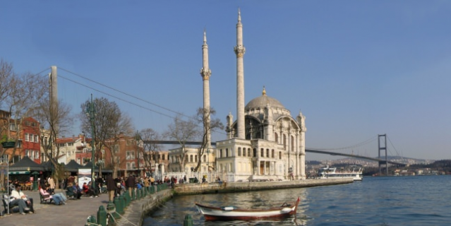 Büyük Mecidiye (Ortaköy) Camii  İstanbul'un simgelerinden olan Büyük Mecidiye Camisi ( Ortaköy Camisi ), Beşiktaş Ortaköy İskelesinin hemen yanı başında bulunan 19. yüzyıl eserlerinden olup, ünlü mimar Balyanlardan Nigoğos Balyan tarafından 1853 yılında Sultan Abdülmecid tarafından yaptırılmıştır. Osmanlının zarif barok mimarisinin örneklerinden olan cami İstanbul Boğazının eşsiz manzaralarından birine sahip ve denize sıfır konumdadır.  Bütün selatin camilerinde (Osmanlı devletinde Sultanların yaptırdığı cami anlamına gelir) olduğu gibi harim ve hünkar bölümü olmak üzere iki bölümden oluşmaktadır. Harim halkın ibadeti için yapılan bölüm olurken, Hünkar Mahfili padişahların ibadetleri için yapılan bölümdür. Büyük Mecidiye Camisinin geniş ve yüksek pencereleri boğazın ışıklarını caminin içine taşıyacak şekilde inşa edilmiştir.  Tek şerefeli iki minareden oluşan Büyük Mecidiye (Ortaköy Cami)camisindeki tek kubbenin duvarları pembe mozaiktendir. Mihrap mozaik ve mermerden, mimber ise somaki kaplı mermerden yapılmıştır ve ince bir işçiliğin ürünüdür.