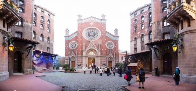 Saint Antoine Katolik Kilisesi  İstanbul'un en büyük kilisesi olmakla birlikte  en geniş Katolik cemaatine de sahip olan St. Antoine Katolik Kilisesi, 1906 yılında İstanbul doğumlu İtalyan Mimar  Giulio Mongeri tarafından yapılmaya başlanmış ve 1912 yılında inşası bitmiştir.  İstiklal Caddesinde meydandan tünele doğru ilerlerken sol tarafta bulunan kilise caddenin biraz içerisinde kalmasına rağmen ihtişamı ile göze çarpmaktadır.  Giulio Mongeri kiliseyi İtalyan Neogotik tarzında, betonarme olarak inşa ettiği yapısında 20×50 m'lik bir tabanda Latin hacı biçiminde inşa etmiştir. St. Antoine Kilise duvarları belirli yüksekliğe kadar mozaik kaplama ve yapının dış cephe duvarları kırmızı tuğla kaplıdır.  St. Antoine Kilisesinin İstiklal Caddesi girişindeki avlunun önüne 6'şar katlı ve birbirlerine bir geçitle bağlanan iki apartman, kiliseye gelir getirmesi için yapılmış olup adları St. Antoine Apartmanları'dır. Bu apartmanlar aynı zamanda İstiklâl Caddesi'nin de ilk betonarme apartmanlarındandır.  St. Antoine kilisesi'nin bir maketi de İstanbul Haliç'teki Minatürk'te yer alırken, kilise İtalyan rahiplerin yönetimindedir.