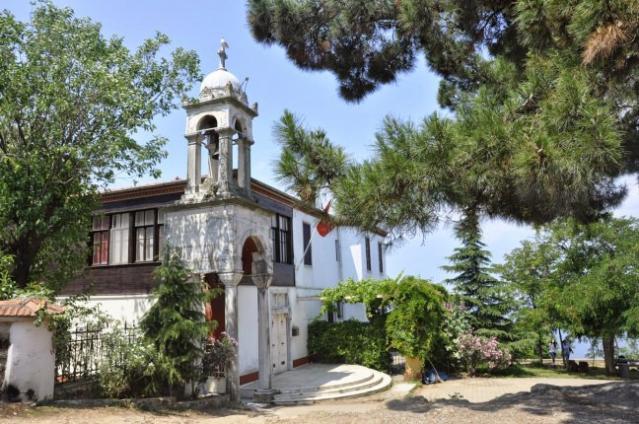 Aya Yorgi Kilisesi  Aya Yorgi Manastırı, Patrikhane kayıtlarına göre  1751 inşa edilmiştir.  Büyükada'nın en yüksek tepelerinden birine kurulan Aya yorgi, bu tarihte inşa edilmiş olan küçük kilise, şapel ve dua yeri eski kilise olarak bilinir ve iki katlı, kiremit örtülü küçük bir binadır.   Tepede çan kulesinin arkasındaki kesme taştan yapılmış olan kilise ise yeni Aya Yorgi Kilisesi'dir ve 1905 yılında inşa edilmiş olup, 1909 yılında ibadete açılmıştır.  Kiliseye ulaşmak zorlu bir yokuşun çıkılması neticesinde çok sayıda uzun basamaklartdan geçerek mümkün olur.  Kilisenin en çok göze çarpan motifi, denizden çıkan canavarı mızrağı ile öldüren Saint George ikonasıdır. Çeşitli okült yazılarda ise bu ikonun aslında birçok ruhsal anlam taşıdığına inanılır. Bu ikonları ve kiliseyi kutsal ve önemli kılan bir efsane vardır.  Kapısında yazan bilgiye göre; söz konusu kilise, ikonların ilk saklandığı kilise değil, onun yerine yenilikçi bir papaz tarafından yaptırılan ve zaman içinde restore edilen 2 kilisenin yenisi imiş; yani toplamda 3 kilise söz konusu imiş. Adı geçen ikona ve diğer eşyalar, bugün Aya Yorgi Kilisesi'nde yer almaktadır.  Büyükada'da yer alan Aya Yorgi Kilisesi, Hıristiyanların 2 hac noktalarından biridir. Bu nedenle her yıl 23 Nisan ve 24 Eylül tarihlerinde Hristiyan dinine mensup kişiler Büyükada'ya akın etmektedir.  Bu tarihlerde  Aya Yorgi Kilisesi'ne gelenler gönüllerince dilek diledikten sonra, kiliseden bir adet çan veya anahtar alır. Dilekleri gerçekleşen kişilerin kiliseye geri gelip aldıkları objeyi iade etmesi gerekir.  Bir diğer inanışa göre de Aya Yorgi kilisesine çıkan yol, çalılara bağlanmış ipler, üst üste konmuş taşlar ve tırmanırken yolda açılmış makara makara iplerle doludur. Yaygın inanışa göre bu yolu hiç konuşmadan çıkan ve yoldaki çalılara ip bağlayan kişinin dileği gerçekleşir ve işleri çözülür, yolu bir makara ipi aça aça çıkan kişinin ise kısmeti açılır.