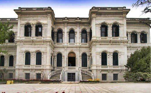 """Yıldız Sarayı  Beşiktaş Yıldız Tepesi'nde yer alan Yıldız Sarayı,  Türk Osmanlı Saray mimarisinin en son örneğini teşkil eden eşsiz yapılarındandır.  Kanuni Sultan Süleyman Döneminden beri padişahlar tarafından av sahası olarak kullanılmakta olan, bugün Sarayın bulunduğu """"Hazine-i Hassa""""ya kayıtlı bu arazi  üzerine ilk kasrı yaptıran Sultan 1. Ahmet'tir. (1603-1617)  4. Murat da (1617-1640) avlanmaya geldiği zaman bu kasırda istirahat ediyordu.  18. yüzyıl sonunda, Sultan 3. Selim (1789-1087) validesi Mihrişah Sultan için buraya başka bir kasır yaptırmış ve bu kasra """"Yıldız"""" ismini vermiştir. Sultan Selim ise Yıldız Sarayı iç bahçesinde Rokoko stilinde bir de çeşme yaptırmıştır.  Yıldız bahçesinde düzenlenen ok atışlarını ve güreş oyunlarını seyretmek için Padişahlar Yıldız Sarayına gelirdi. 2. Mahmut , 1834-1835 yıllarında burada bir köşk yaptırarak etrafını da bir bahçeyle düzenletmişti.  2. Mahmut 1826'da Yeniçeri Ocağı'nı ortadan kaldırdıktan sonra kurduğu  """"Asakir-i Mansure-i Muhammediye"""" ordusunun  Yıldız bahçesinde yaptırdığı talimleri bizzat buradan denetlerdi.  1842 yılında ise Sultan Abdülmecit (1839-1861) bu köşkleri yıktırarak,  annesi Bezm-i Alem Sultan için daha güzel bir üslupta olan """"Kasr-ı Dilküşa"""" isimli köşkü  yaptırmıştır.  Sultan Abdülaziz (1861-1876) ise genellikle yaz aylarında Yıldız Köşkü'ne oturmaya gelirdi , dönemin ünlü mimar ailesi olan Balyan ailesi mimarlarına Büyük Mabeyn Köşkü'nü yaptırmıştır. Dış bahçeye ise Malta ve Çadır köşklerini, asıl saray kısmına ise Çit Kasrı'nı yaptırmıştır.  Yıldız Sarayı, Sultan Abdülaziz'in tahttan indirilmesinden sonra, 92 gün süren saltanat günlerinde Sultan 5. Murat'ın (1876)'a ev sahipliği yapmıştır.  Sultan 2. Abdülhamid; Dolmabahçe Sarayı'nın deniz kıyısında bulunması ve denizden kuşatılması ihtimalini göz önünde bulundurarak, 7 Nisan 1877'de Yıldız Sarayı'na taşınmıştır.  Saray asıl yapılaşmasına 2. Abdülhamid döneminde başlamış ve buraya """"Yıldız Sarayı Hümayunu"""" ismi verilmiştir. Sultan Abdülhami"""
