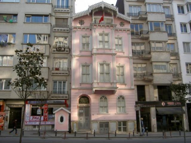 Atatürk Müzesi  1.Dünya Harbi bittikten sonra İstanbul'a gelen Gazi Mustafa Kemal Atatürk, Pera Palas gibi birkaç geçici ikamette kaldıktan sonra kız kardeşi Makbule Hanım ve annesi Zübeyde Hanım ile birlikte bugün Şişli ilçesi sınırlarındaki Halaskargazi caddesinde bulunan Oseb Kasabyan'a ait olan 3 katlı evi kiraladı. Aralık 1918 ile 16 Mayıs 1919 tarihleri arasında Atatürk'ün kaldığı bu ev milli mücadelenin ve Türkiye Cumhuriyetinin de ilk adımlarının atıldığı, planların yapıldığı önemli bir karargahtı.  İlk katını yaverine veren Atatürk, ikinci kattını da çalıma ve toplantı odası olarak düzenlemiş, en üst katı ise annesi Zübeyde Hanım ile kardeşi Makbule Hanım için uygun görmüştü.  Gazi Mustafa Kemal Atatürk Samsun'a milli mücadeleyi başlatmak için hareket ettiği 16 Mayıs 1919 gününe kadar bu evde kalmıştır.  28 Mayıs 1928'de İstanbul Belediyesi'nin (Şehremaneti) satın aldığı ev, 15 Haziran 1942'de İstanbul Vali ve Belediye Başkanı Lütfi Kırdar tarafından Atatürk İnkılabı Müzesi adıyla hizmete girmiştir.  Müzenin giriş katında Atatürk'ün doğumu, öğrenim yılları, ilk subaylık yılları, Trablusgarp, Balkan Savaşları (1911–1913), Atatürk büstü, Çanakkale Savaşları, Mondros Mütarekesi ve Osmanlı devletinin durumunu (Ekim 1918) Milli Mücadele hazırlıkları ile ilgili belgeler yer almaktadır.  Müzenin birinci katında Atatürk'ün Samsun'a çıkışı, Amasya Tamimi, Erzurum Kongresi (23 Temmuz–7 Ağustos 1919), Sivas Kongresi'nde giydiği jaketatay, yeleği, 1918 yılında Karlsbad'da satın aldığı ceket, Atatürk'ün 1920'li yıllarda giydiği Skoç takım elbisesi, kalpağı, termosu, rugan çizmesi, mareşal üniforması, potinleri, astragan kalpağı, çamaşırları, mecliste saltanatın kaldırılışı sırasında kullanılan kalemler, not defteri, Nutuk'un 1927'de basılan ilk baskısı , Gazi Mustafa Kemal Paşa adına Ankara'da hazırlanmış nüfus kağıdı, Amerika devlet başkanı Roosevelt'in Atatürk'e hediye ettiği müzik dolabı ile Büyük Taarruz ile ilgili bilgiler bulunmaktadır.  Müzenin ikinci katında; Pi