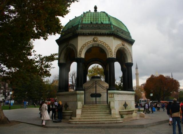 Alman Çeşmesi  Sultanahmet Meydanında tramvaydan inip Sultanahmet camisine doğru yürürken meydanın girişinde yer alan Alman Çeşmesi Sultan 1. Ahmet Türbesinin tam karşısında konumlandırılmıştır.  Alman Çeşmesi, Sultanahmet Camii, Ayasofya ve Dikilitaş manzaralı görkemli bir çeşme olarak İstanbul'da simgeleşmiştir.  Alman imparatoru 2. Wilhelm'in İstanbul'u ikinci ziyareti anısına Alman Çeşmesi 1899 yılında yapılmaya başlamıştır. Alman imparatorunun İstanbul'a hediyesi olan bu çeşme parçaları Almanyada üretilmiş ve İstanbul'a parça parça getirilip birleştirilmiş ve 2. Wilhelm'in doğum günü olan 27 Ocak 1901'de görkemli bir törenle açılmıştır.  Alman Çeşmesi'nin planı Mimar Spitta tarafından çizilmiş ve çeşme yapımında, Mimar Schoele başta olmak üzere Carlitzik ve Joseph Antony'nin de aralarında bulunduğu ekip tarafından yapılmıştır.  Alman Çeşmesi neorönesans tarzında yapılmış olup ne osmanlı meydan çeşmeleri ne de Avrupa'nın heykelli çeşmelerine benzemektedir. İçi Altın mozaiklerle donatılan Alman Çeşmesi'nin yeşil soma taşından oluşan kubbesi 8 kolon üzerine oturtulmuş ve kubbe eteklerine 8 madalyon yerleştirilmiştir. Bu madalyonun dördünde 2. Amdülhamid tuğrası ve diğer dördünde ise 2. Wilhelm'in inisiyali olan W ve altına 2 rakamı işlenmiştir.