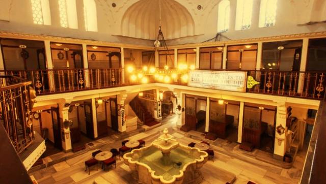 Cağaloğlu Hamamı  Ayasofya Külliyesindeki kütüphanesine ve Aya Sofya Camiine gelir sağlamak için 1741 yılında, dönemin padişahı I. Mahmut'un yaptırdığı Cağaloğlu Hamamı, Mimar Süleyman Ağa çizmiş tarafından çizilmiş ve  Abdullah Ağa tarafından bina edilmiştir.  Cağaloğlu Hamamının olduğu yerde önceleri Nevşehirli Damat İbrahim Paşa'nın bir sarayı vardı. Bu yapı 1740 senesinde yandıktan sonra bu saray yerine yapılmıştır. Kadınlar ve erkekler için ayrı bölümleri olan çifte hamamın, kadınlar çıkışı hamam sokağında, erkekler çıkışı cadde tarafındadır.  Osmanlı Dönemi'nde inşa ettirilen son büyük hamam ve en büyük çifte hamamlardan olma özelliğini taşıyan Cağaloğlu Hamamında daha önce rastlanmayan yenilikçi bir mimari benimsenmiştir.  İki Yüz Yetmiş İki yıldır ayakta duran Cağaloğlu Hamamı, günümüzde halen faaliyet gösterirken, çoğunluğu yabancı olmak üzere çok sayıda ziyaretçiye hizmet vermektedir.  Bir zamanlar Osmanlı ahalisinin, tarihin kirlerini attığı bu hamamda temizlenmek ve tarihin nemli kokusunu hissetmek çok farklı bir duygu ve tecrübe olacaktır.  Yerebatan Sarnıcının çok yakınında bulunan Cağaloğlu Hamamına gitmek istiyorsanız, Ayasofya ile Yerebatan Sarnıcını birleştiren sokaktan içeri girince yolun sağ tarafında 200 metre kadar ilerde bu tarihi hamam sizi sıcaklığı ile ağırlayacaktır.