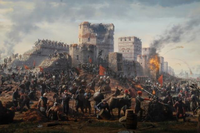 """Panaroma İstanbul 1453  Peygamber efendimiz Hz. Muhammed (s.a.v.)'in """"İstanbul mutlaka fethedilecektir. Onu fetheden komutan ne güzel komutan, onu fetheden ordu ne güzel ordudur."""" sözü ile başlayan serüvenin 1453 yılında Osmanlı Padişahı 2.Mehmed ile son bulan fethin tarihini yaşatan ve gelecek kuşaklara aktarmayı hedefleyen Panaroma 1453 Tarih Müzesi Topkapı-Edirnekapı'da ziyaretçilerini bekliyor.  Şehri fethettikten sonra """"Fatih"""" ünvanı alan 2.Mehmed'in şehrin girilmez geçilemez denen Topkapı'dan  şehre girdiği yer, yıkılamaz denen surları yıktığı yere kurulu olan Panaroma 1453 Tarih Müzesi, solunda Edirnekapı surları, sağında Silivrikapı surları olmak üzere kuşatmanın en çetin geçen bölgesinde kuşatmanın kalbinde kurulmuş ve günümüz İstanbullusuna, günümüz insanına zorlu kuşatmayı, fethi birebir yaşamanızı hedeflemektedir.  38 Metrelik bir kubbe altında kurulu ve Türkiye'nin ilk panaromik,  Dünya'nın ilk Tam Panaromik Müzesi ünvanını taşımaktadır.  Müzede İstanbul'un ilk kuşatmaları, Fatih'in kuşatmasının bölümleri, ayrıntıları, şehrin düşüşü, fetih zamanında pahitaht'taki insanların bilgisi gibi bir çok bilgiye yer veriliyor.  Müzeye adını veren Tam Panaromik platform ise ziyaretçileri üst katta bekliyor. Alanda at kişnemeleri, Mehter Takımının marşları, 3 boyutlu resimler, dönemin topçu ustası Urban'ın yaptığı meşhur topları ve Osmanlı askerlerini görmeniz mümkün. Alana girince platform üzerinde kendinizi bir savaş meydanında gibi hissetmeniz için gereken görsel ve işitsel tüm gereklilikler yerine getirilmiş."""