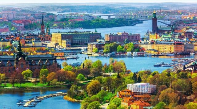 İsveç'in iklimi nasıldır?  İsveç'in soğuk bir iklimi var. Özellikle kışın hava çok soğuk ve aynı zamanda da karanlık bir havası var. Çok kuzeyde kaldığı için diğer İskandinavya ülkelerinde olduğu gibi ve dolayısıyla kışın geldiğinizde havanın gün boyu buğulu ve karanlık olduğunu görürsünüz.  Yazın ise bunun tamamen tersi söz konusu ve beyaz geceler dedikleri olay görülüyor ve beyaz gecelerde de günler uzuyor ve yukarıdaki bölümlerde, kuzey bölümlerinde ülkenin 24 saate kadar çıkabiliyor günler.  Kışın da bunun tam tersi sözkonusu, karanlıkta kalabiliyorsunuz. Tavsiye edilebilir zaman dilimi haziran, temmuz, ağustos ayları. Özellikle haziranda geldiğinizde bütün İskandinavya genelinde olduğu gibi İsveçte de özel şenlikler yapılabiliyor. Biliyorsunuz haziran ayı günün en uzun olduğu ay; o yüzden de orta yaz bayramı yapıyorlar ve bunu kutluyorlar.