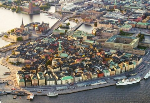İsveç seyahati pahalı olur mu?  İsveç pahalı bir ülke. Özellikle kısıtlı bir bütçeye sahipseniz oldukça pahalı bir ülke. Gençler ziyaret etmek isterlerse hosteller var, hostellerde kalabilirler. Aynı zamanda SL bileti alarak çok uygun fiyata trenleri kullanabilirler. Sadece Avrupa genelinde değil ayrıca İsveç'te de ve daha uygun fiyatta tatil yapabilirler ama restaurantlara girdiğinizde özellikle Stockholm gibi büyük bir şehirde fiyatlar baya yüksek.  Buz bara giderseniz ve içki alırsanız orda da ödemeniz gereken para yine 20 Euro civarındadır. Doya doya yaşamak için ortalama yaklaşık bir rakam vermek gerekirse günde yaklaşık 200 Euro civarında bir paraya ihtiyacınız var. Eğer güzel bir otelde ki çok lüks bir otelden bahsetmiyorum üç yıldızlı bir otel standartlarından bahsediyorum kalmak ve dışarda yemek yemek isterseniz.