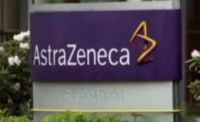"""Tüm dünyanın beklediği """"Covid-19'a karşı aşı"""" haberi İngiliz-İsveç ilaç firması AstraZeneca'dan geldi. Eylül ayından itibaren kesin sonuçları alacak olan firma, ABD ve Avrupa'ya aşı satış sözleşmelerini imzalamaya başladı.  Fransa, Almanya, İtalya ve Hollanda, AstraZeneca laboratuvarıyla yılbaşından önce tüm AB yurttaşları için, Covid 19'a karşı 400 milyon aşı tedariki için anlaşma imzaladıklarını açıkladı. Anlaşma, Corona virüse karşı bir aşı bulunduğunda Avrupa Birliği'nin tüm üyelerinin aşıya sahip olmasını sağlıyor. AstraZeneca'nın patronu Pascal Soriot, Ekim ayından itibaren dağıtıma geçeceklerini ve aşıyı """"kar amaçsız olarak, maliyet fiyatına, yaklaşık 2 Euro'ya satacaklarını"""" duyurdu."""