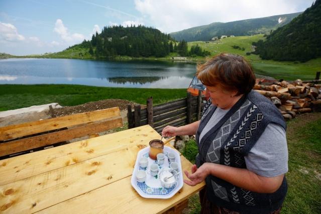 Köyü ve gölü ziyaret edenlere siparişle etli, patatesli, peynirli Boşnak börekleri yapan Burekovic, yüksek rakımı nedeniyle kış aylarında kar altında kalan köyde sadece yaz aylarında geldiklerini söyledi.