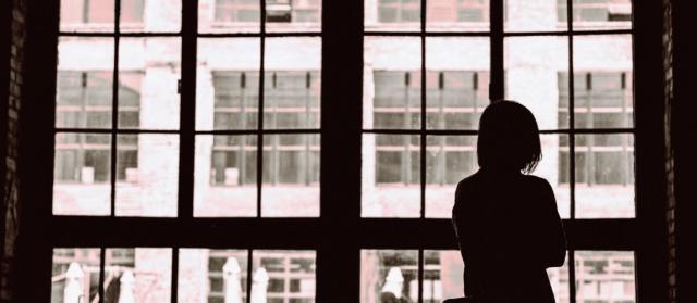 Tüm dünyada olduğu gibi, İsveç'te de pandemi sürecinde kadına yönelik şiddet olaylarında artış olduğu gözleniyor.  Kvinnojouren Lund tarafından yapılan bir araştırmaya göre, Pandemi sırasında zaten savunmasız olan genç kadınlara yönelik cinsel istismar ve şiddet olayları arttı.  Kadın sığınma evi, daha önce sığınma eviyle bir şekilde temas halinde olan ve cinsel bağlantılı çeşitli istismar normları veya şiddet altında yaşayan 14-25 yaşları arasında Lund'da yaklaşık 60 kadınla temas kurdu. Cevaplar pandemi sırasında artan izolasyon, savunmasızlık ve şiddeti gösteriyor.