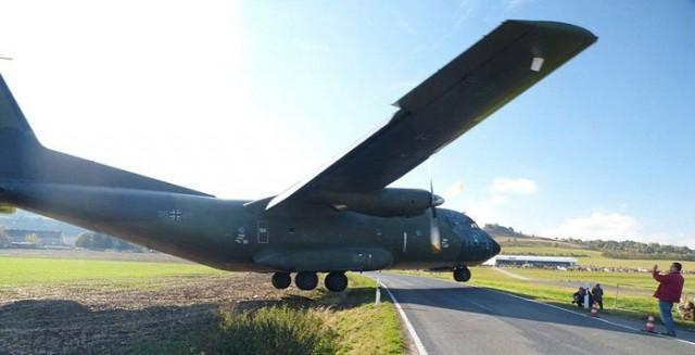 Alman askeri kargo uçağı Saksonya Anhalt Ballenstedt havaalanına inmeye çalışırken kaza geçirdi.