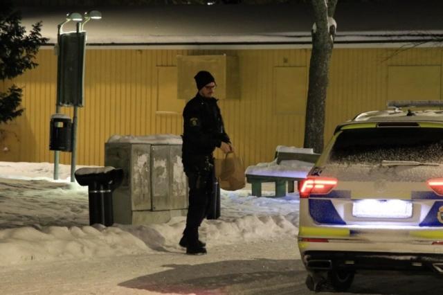 """Dün gece saat 23'te Uppsala'da çok sayıda insanın karıştığı bir kavga çıktı.  Bir tanığa göre, kavgaya en az 15 kişi karıştı.  RLC Mitt sözcüsü Magnus Jansson Klarin, """"Herkes kavgaya dahil olsun ya da olmasın, araştırmaya göre, olay yerinde yaklaşık on beş kişi bulunuyordu ifadeleri kullandı.  Bazıları kavga hakkında polisi uyardı. Polis olay yerine geldiğinde, olaya karışan herkes kaçmış ve bunun üzerine büyük bir arama çalışması başlandığı belirtildi."""