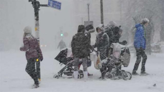 İsveç'te Kışlar Soğuk ve Karanlık Geçiyor!  Güneş ve sıcak seven biriyseniz kış aylarında İsveç'e giderken 2 kere düşünün! Özellikle kuzeylere gittikçe hava gittikçe soğuyor ve gün ışığı 3 saate kadar düşüyor. Kış aylarında soğuk ve karanlığa sabredebilirseniz yazın sizi harika bir hava bekliyor.