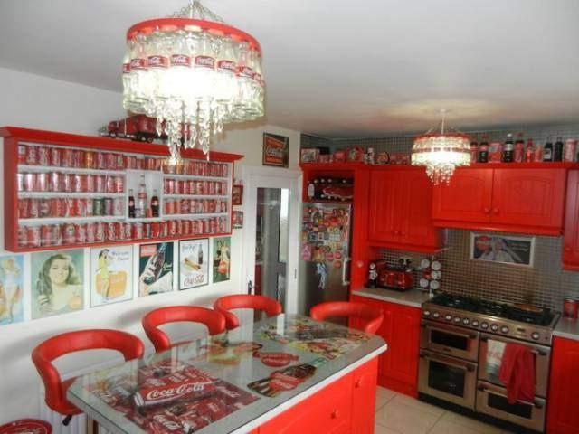 Evinin dört bir yanını Coca Cola'nın eşantiyonlarıyla dolduran kadının evinden görüntüleri görünce sizde gözlerinize inanamayacaksınız...  İşte o görüntüler...