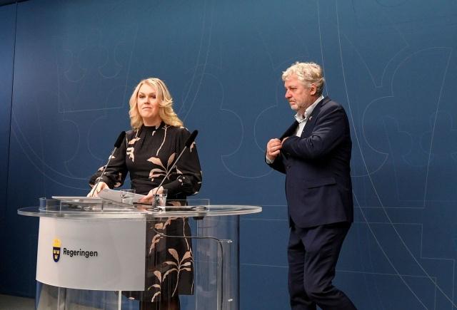 """İşte toplantıdan notlar:  Sosyal Bakan Lena Hallengren basın toplantısını başlattı. İlk olarak İsveç ve korona virüsü ile ilgili İsveç'in durumu hakkında bilgi verdi.  Lena Hallengren, """"Hükümet trendi takip ediyor. Uzmanların tavsiyelerini dinliyoruz. Bu, İtalya, İran ve Güney Kore'deki durum için de geçerlidir. İnsanların endişelerini daha iyi anlıyorum."""" Diyerek şöyle devam etti: """"Ayrıca, AB düzeyindeki uzman yetkililer ve paydaşların durumu ve kriz hazırlığının nasıl değiştirilebileceğini tartışmak için toplantılar olduğunu söylemek isterim. """"Hükümet tarafından gerekli kararları almaya hazırız,"""" diyen Lena Hallengren. Kararı, Şubat ayında Halk Sağlığı Kurumu'nun önerisi üzerine karar verilen durum hakkında genel bir toplantı.  Lena Hallengren, """"Halk Sağlığı Kurumu, ulusal düzeyde enfeksiyon korumasını koordine ediyor. Bakım için yönergeler geliştiriyorlar. Kurum diğer yetkililerle yakın temas halindedir. Diğer uluslararası aktörler DSÖ ve ECDC'dir."""" diye devam etti."""