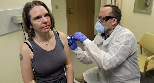 """ABD'li bilim insanları, koronavirüse karşı geliştirilen aşıyı ilk kez gönüllülere verdi. Aşının denendiği ilk kişi olan 43 yaşındaki Jennifer Haller, """"Grip aşısı gibiydi, kolaydı ve acıtmadı. Bunun parçası olduğum için çok heyecanlıyım. Umarım aşının etki edeceği noktaya hızla ulaşırız ve hayatları kurtarabiliriz"""" dedi."""