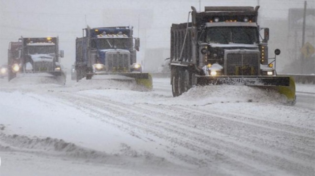 Kuzey Kutbu'ndan ülkenin iç ve güney bölgelerine inen dondurucu soğuklar hayatı olumsuz etkilemeye devam ediyor.  ABD'yi yaklaşık bir haftadır etkisi altına alan şiddetli kış şartları nedeniyle şu ana kadar 38 kişinin hayatını kaybettiği belirtildi.  ABD Ulusal Meteoroloji Servisi, ülkenin iç ve güney eyaletlerinde hayatı durma noktasına getiren kar ve buzlu havanın, bugün ve yarın Atlantik kıyısı üzerinden kuzeydoğu bölgesinde etkili olacağını duyurdu.  Başkent Washington'dan Boston'a kadar geniş bir alanda devam edecek kar yağışında, New York'ta kar kalınlığının 20 santimetreye kadar çıkabileceği bildirildi.  Dondurucu soğuk ve buzlanma nedeniyle ülkenin kuzeybatısı Oregon'dan güneyindeki Teksas'a şimdiye kadar en az 38 kişinin hayatını kaybettiği kaydedildi.  Bu ölümlerin, yollarda buzlanma nedeniyle meydana gelen trafik kazaları ile elektrik kesintilerinden sonra araçlarında ısınmak isteyen ailelerin karbonmonoksit zehirlenmesi ve evdeki ocaktan çıkan yangınlardan kaynaklandığı bilgisi paylaşıldı.