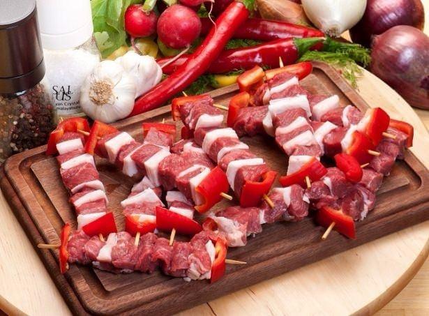 Etin içinde doymuş yağlar bulunur, bu nedenle pişirirken ayrıca yağ ilave etmemeye özen gösterin. Eti önceden terbiyelemeniz daha yumuşak olmasını ve lezzetli olmasını sağlar.