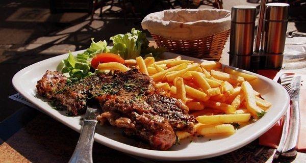 Etin 1,5 cm.den daha ince dilimlenmiş olmamasına dikkat edin. İnce et pişirirken kurur ve sertleşir.