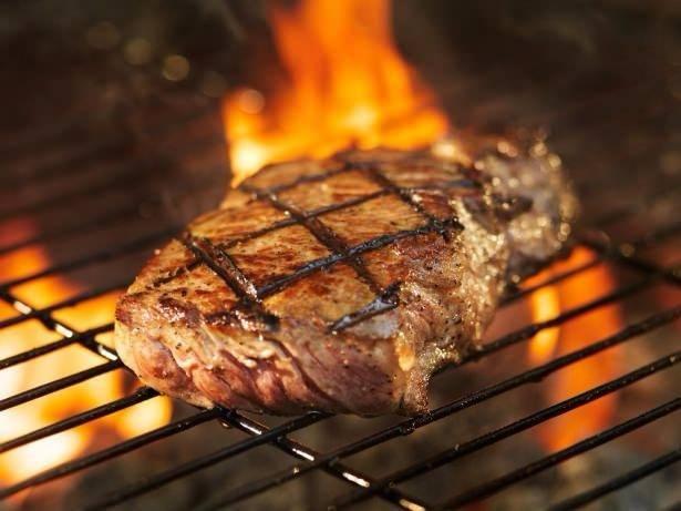 Mangalda pişirdiğiniz ete duman kokusunun ve tadının sinmemesi için iyice yıkadığınız bir elma ya da bir parça limonun kabuğunu ateşe atın.