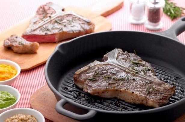 Sert etleri, çabuk pişirmek için tencereye bir parça ekmek atın. Göreceksiniz ki, işiniz son derece kolaylaşacak.