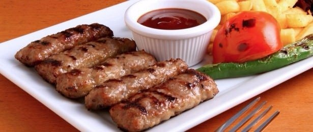 Köftenizin daha lezzetli olması için,köfteye ilave edeceğiniz bayat ekmek dilimlerinin kabuklarını ayırın ve içlerini ılık et veya tavuk suyunda ıslatın.