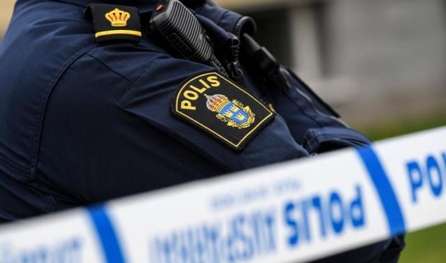 Uppsala'nın Tierp belediyesinde işe giden 35'li yaşlarında  bir kadın kimliği belirsiz bir adam tarafından saldırıya uğradı.   Polis, işine gitmek için yola çıkan kadının yediden hemen önce, arkadan kimliği belirsiz bir kişi tarafından saldırıya uğradığını belirtti.  Bölge polis basın sözcüsü Magnus Jansson Klarin, kadın, kendisini darp eden saldırganın elinden kurtularak, iş yerindeki bir tuvalete sığınıp polisle iletişime geçmeyi başardığını belirtti.