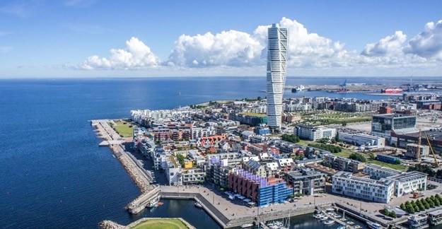 2. Malmö     Malmö, İsveç ve Danimarka'yı birbirine bağlayan 8 km'si deniz üstünden, 8 km'si ise tünelden giden 16 km uzunluğundaki Oresund köprüsünün İsveç'teki bağlantı noktası. Aslında İsveç'in turistik merkezlerinden biri değil ve daha ağırlıklı bir ticari merkez konumunda. Malmö 2006 yılında İsveç'in ilk sertifikalı adil ticaret merkezi ödülünü aldı. Ticaret genellikle organik ve çevreye duyarlı yatırımlar temelinde yapıldığından dolayı Malmö'de gezerken bir çok sağlıklı ve organik yiyecek bulabilirsiniz. Malmö'yü listeye almamızın en önemli nedenlerinden biri de mühendislik harikası Oresund Köprüsü! Kopenhag'tan Malmö'ye geçerken bindiğiniz tren önce denizin altından sonra da köprü üzerinde karayolunun altından devam eder. Köprüden geçerken hayatınızın en farklı deneyimlerinden birini yaşayacağınızı garanti edebiliriz J Malmöhus kalesi ve denizcilik – teknoloji müzesi de ziyaret etmeniz gereken yerlerden.