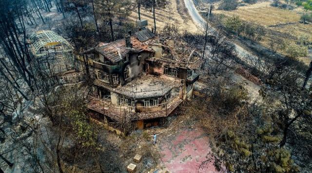 Antalya'nın Manavgat ilçesinde çarşamba günü öğle saatlerinde 4 farklı noktada başlayan yangına müdahale sürüyor. Yangının yol açtığı yıkım ise havadan görüntülendi.   Manavgat merkeze 30 kilometre uzaklıktaki ormanlık alanda çarşamba günü saat 12.00 sıralarında 4 farklı noktada başlayan yangın, rüzgarın da etkisiyle kısa sürede yayıldı. Bölgede çok sayıda zeytinlik ve bahçenin yanı sıra ormanlık alanda etkili olan yangına, havadan ve karadan müdahale edildi.  Yangın, bölgedeki yerleşim yerleri ve tarım alanlarının yanı sıra hayvanların barındığı noktalara da yayıldı. Yangın söndürme uçakları ve helikopterlerin yanı sıra orman işçileri ile itfaiye ekipleri söndürme çalışmalarına katıldı. Yangının büyük bir alanda etkili olması nedeniyle birçok ev kullanılmaz hale geldi.