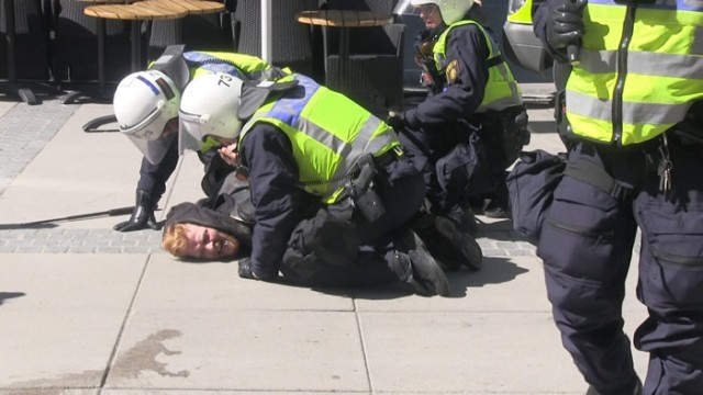 Dünya'nın birçok ülkesinde polisin uygulamalarından şikayet edilir. Bazı ülkelerin polisi için iyi polis, bazı ülkelerdekiler içinde kötü polis denerek toplumlara servis edilir.  İsveç'te toplumsal olaylarda İsveç polisinin sert müdahale şekli ile ilgili belki bir çoğunun fikri dahi yoktur. Çünkü İsveç polisine iyi polis modeli verilmiştir.  İsveç polisinin bazı uygulamalarından sadece bir kaçının resimlerini derleyerek sunmak istedik. Takdir sizin...