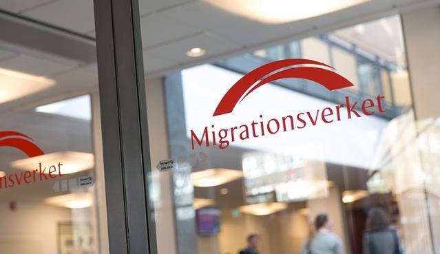İsveç'te hükümet, mültecilere yönelik yasaları sıkılaştırmayı öngören tasarıyı meclise sundu. Tasarıya göre İsveç'teki mültecilere 3 yıllık oturma izni sınırlaması getirilebilir.  İsveç hükümeti mültecilere yönelik yasaları sıkılaştırmayı ve bazı sınırlamaları öngören tasarıyı meclise sundu. Mültecilerin oturma izinlerini 3 yıl ile sınırlandıran tasarıya göre, oturma izninin kalıcı hale gelmesi için İsveç dili bilgisi, İsveç toplumu veya yeterli gelir gibi şartlar aranacak. Süresiz oturma izni için başvuracak mültecilerin, ciddi bir suç işlememiş olma şartının da aranacağı ifade edildi. Yasa, İsveç parlamentosundan geçmesi halinde temmuz ayında yürürlüğe girecek.