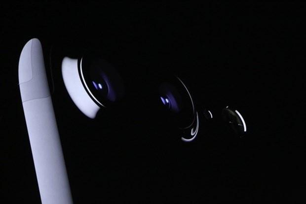 iPhone 7 ve iPhone 7 Plus ortaya çıkıyor. Tim Cook, Apple Watch 2'nin ardından ilk olarak bugüne kadar kaç adet iPhone satışı yapıldığına değindi. Apple'ın 1 milyarı aşkın iPhone sattığını kaydeden Cook, iOS 10 işletim sisteminin en önemli ürünlerinden biri olduğunu da sözlerine ekledi.