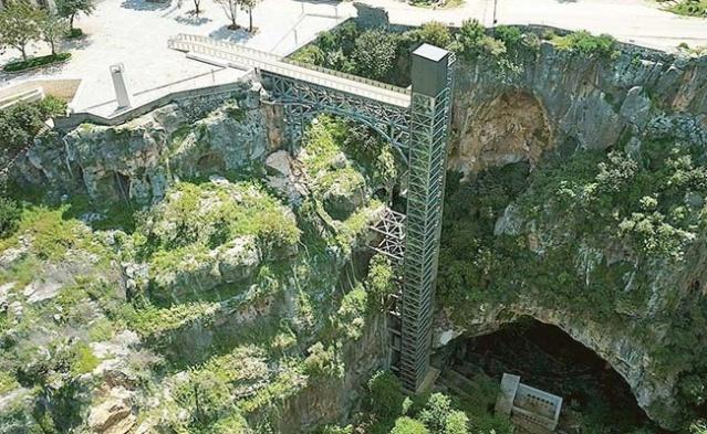 Mersin'deki Cennet Mağarası'na inen asansör tartışması devam ederken, dünyanın dört bir yanındaki ilginç asansörler mimarileriyle hayrete düşürdü.   İŞTE EŞİ BENZERİ OLMAYAN 6 ASANSÖR...