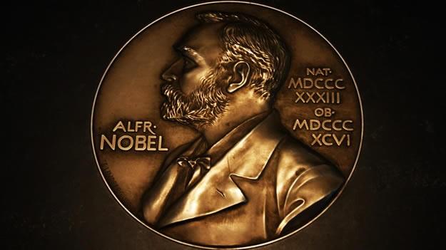 Alfred Nobel Alfred Bernard Nobel, 1833 Stockholm doğumlu kimyager, mühendis, mucit, iş adamı ve hayırseverdir. Varlıklı bir ailede dünyaya geldiği için iyi bir eğitim almış, 17 yaşında 5 dili akıcı bir biçimde konuşabilecek seviyeye gelmiş. Özel eğitmenler sayesinde öğrendiklerini kendi teknik deha ve becerisi ile birleştirerek hayatı boyunca başta dinamit olmak üzere pek çok yeni buluşa imza atmış.  Yaptığı buluşlar sayesinde milyoner olarak ölmüş ve vasiyetinde Nobel Vakfı'nın kurularak; fizik, kimya, edebiyat, tıp, barış (ve sonradan ekonomi) alanlarında her yıl dünyanın en başarılı kişisine ödül verilmesini istemiş. 1901 yılında ödüller dağıtılmaya başlanmış; 2006 yılında Orhan Pamuk edebiyat alanında, 2015 yılında Aziz Sancar kimya dalında ödül kazanmışlardır.  Nobel Müzesi'nde tüm mucitlerin hayatı ve buluşları ile ilgili dijital ekranlarda bilgiler yer almaktadır. Küçük bir bölümde icatların bazılarının birer kopyaları sergilenmektedir.