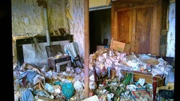Satın aldıklarında mağaranın içi evden çok kocaman bir çöplüğe benziyordu.
