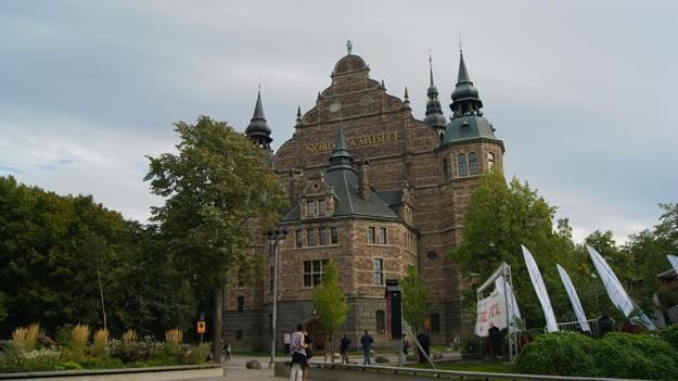 Nordiska Museet  İskandinav (Nordic) Müzesi Vasa Müzesi ile aynı ada üzerinde bulunan İskandinav Müzesi, şato görünümüyle dışarıdan bakıldığı zaman oldukça ilgi çekici durmaktadır. Müzede 16. yüzyıldan günümüze İskandinav yarımadasına ait yarım milyon kıyafetler, tekstil ürünleri, ev eşyaları, takılar, fotoğraflar ve sanatsal resimler sergilenmektedir.