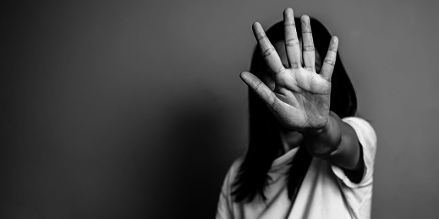"""Çocuklar ve kadınlar ev ortamında giderek daha savunmasız hale geliyor.  Bu eğilim, Stockholm'deki İl Yönetim Kurulu tarafından yapılan yeni bir ankette açıkça görülüyor.  Suç önleme çalışmaları koordinatörü Michael Frejd, pek çok belediyede salgın öncesinde bile huzursuzluk vakalarının ve raporlarının arttığını söylüyor.  Üç hafta boyunca beş kadının, tanıdıkları veya ilişkisi olduğu erkekler tarafından öldürüldüğünden şüpheleniliyor. Olaylar kamuoyu ve hatta politikacılar arasında büyük bir öfke yarattı.  Nisan ayında, Stockholm İl Yönetim Kurulu, ilçe belediyelerinde bir anket yaptı. Sonbahar ve kış aylarında 26 belediyeden 17'si yakın ilişkilerde bağımlılık, akıl hastalığı ve / veya şiddet ile ilgili sosyal hizmetlere giden vakalarda artış olduğunu gösterdi.  Stockholm'deki İl İdare Kurulu'nda suç önleme çalışmaları koordinatörü Michael Frejd, """"Cevapları okuduğumda, benim değerlendirmeme göre, ilişki vakalarında diğer gruplardan daha fazla bir artış olduğunu bildiriyor"""" dedi."""