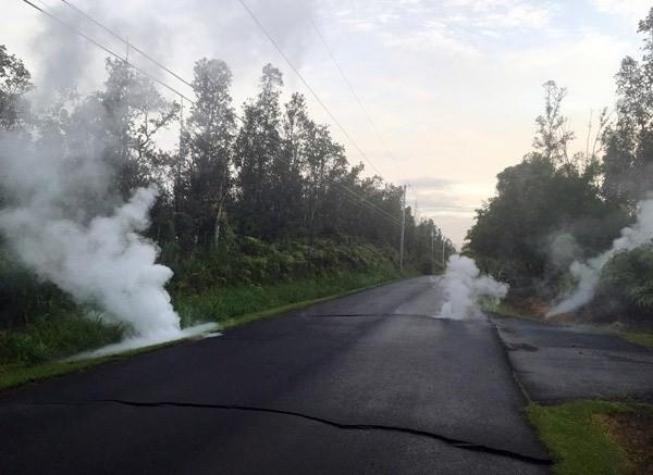 Büyük korkuya yol açan volkanın yanı sıra ada deprem fırtınasına tutulmuş halde.