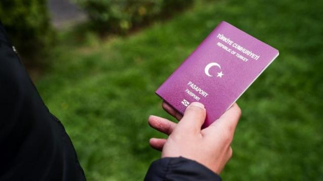 PASAPORT 1085 TL TELEFON HARCI 2006 TL OLACAK  Yeni zamlar sonrasında yurtdışından getirilen cep telefonu harcı 1839TL'den 2 bin 6TL'ye, 6 aya kadar olan pasaport harcı 208 TL'den 227 TL'ye, 1 yıllık pasaport harcı 331 TL'ye, 2 yıllık pasaport harcı 542 TL'ye, 3 yıllık pasaport harcı 770 TL'ye, 4-10 yıllık pasaportun bedeli 995 TL'den 1085 TL'ye yükselecek.  Yeniden değerleme oranı her yılın ekim ayında çıkan Üretici Fiyat Endeksi rakamına göre belirleniyor. Kanuna göre zam Cumhurbaşkanı'nın onayından sonra devreye alınıyor.  YDO oranlarının hesaplandığı şekilde uygulanmasına, oranların artırılarak ya da indirimli uygulanıp uygulanmayacağına Cumhurbaşkanı Tayyip Erdoğan karar verecek.