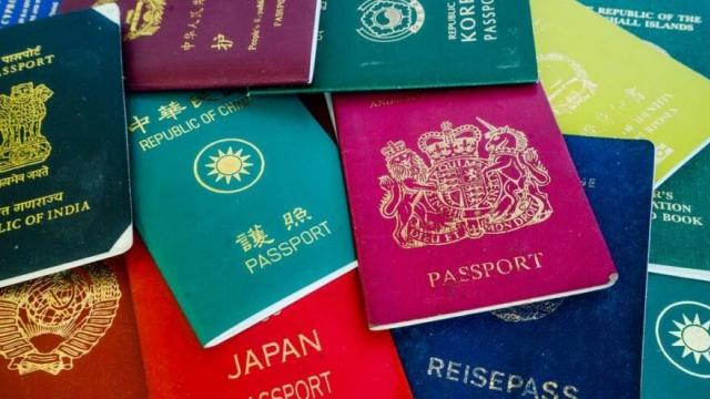 """Henley Pasaport Endeksi, ülkelerin pasaportlarını inceledi ve 2021 yılın en güçlü pasaportlarını açıkladı. Listede Türkiye 111 varış noktasıyla 52. sırada yer alırken, pandeminin bir sonucu olarak ortaya çıkan aşılamanın ve uzaktan çalışmanın küresel dolaşımı daha uzun bir süre etkileyeceğine dikkat çekildi.  2006 yılından bu yana dünyanın en seyahat dostu pasaportlarını düzenli olarak takip eden Henley Pasaport Endeksi, son analizlerini yayınladı.  Japonya, dünyadaki 193 varış noktasına vizesiz erişim sunan pasaportuyla bir kez daha liderlik tablosunun zirvesinde.  Endeksi hazırlayan İngiltere merkezli vatandaşlık danışmanlığı şirketi Henley & Partners, geçici kısıtlamaların analize yansımadığını belirtiyor ve """"Küresel olarak hala kapsamlı seyahat kısıtlamaları uygulandığından, uluslararası seyahat özgürlüğünün her seviyesi şu an için teorik kalıyor"""" diyor."""