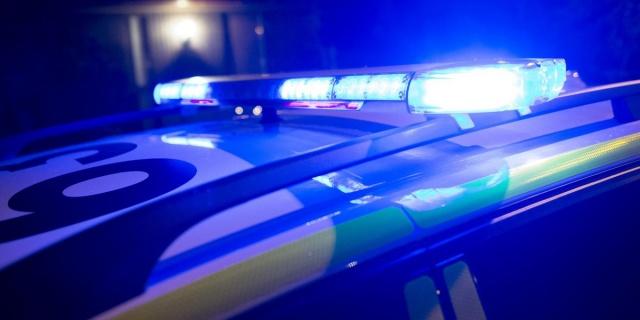 Pazar günü saat 10.30'da, silahlı bir kişi Karlskoga'daki bir Coop mağazasına girdi.  Edinilen bilgilere göre, saldırgan markette en az bir el ateş etti ve yanında değeri belli olmayan bazı ürünler alarak marketten ayrıldı.  Bergslagen bölgesindeki polis sözcüsü Mats Öhman, saldırganın kimseyi hedef aldığına dair hiçbir bilgi olmadığını söyledi.