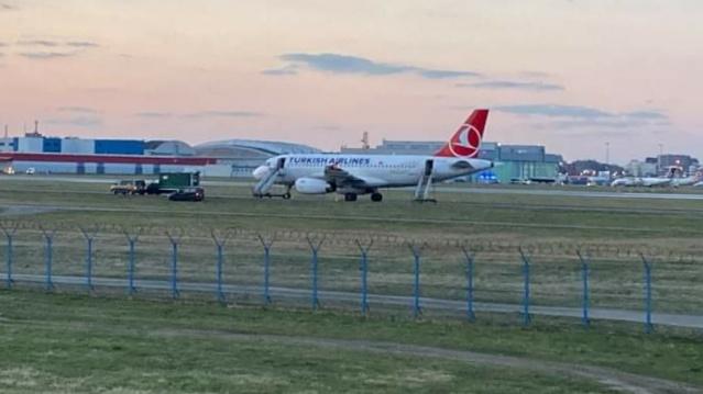 Türk Hava Yolları'nın İstanbul-Varşova seferini gerçekleştiren yolcu uçağına bomba ihbarı yapılması hareketli anlar yaşattı.  Geçtiğimiz günlerde yine Varşova - Göteborg seferi yapan bir uçak içinde bomba ihbarı yapılmış ve İsveç'teki tüm güvenlik birimlerini harekete geçirmişti.