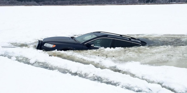 Soğuk havaların etkisiyle buz tutan Möckeln Gölü'nden geçmeye çalışan iki araç buzun kırılması sonucu suya gömüldü.  İçinde toplam dört kişinin bulunduğu iki araba, Karlskoga'daki Möckeln Gölü'nde battı.  Bergslagen bölgesi polis basın sözcüsü Lars Hedelin, donmuş olduğu için, insanların göllerde araba sürmelerinin oldukça sık görüldüğünü söyledi.