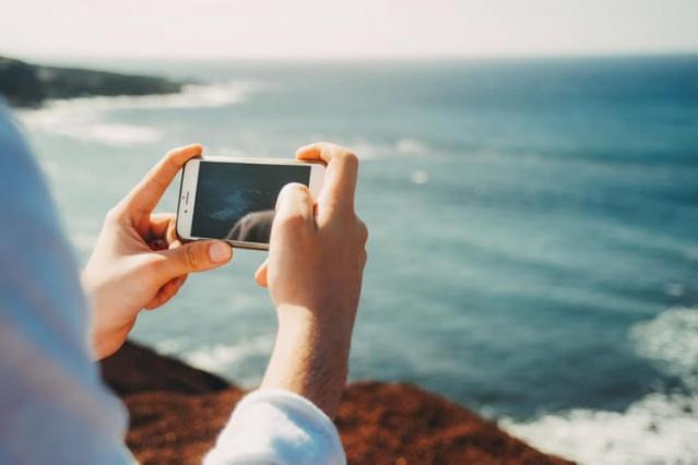 2. Tatil'deyken sosyal medya paylaşımlarına dikkat! Uzmanlara göre tatile çıkan insanların en çok yaptığı hataların başında sosyal medyada fotoğraf ve durum paylaşımları. Hırsızlar ve dolandırıcıların sosyal medyada insanları takip ettiği ve evde olmadığınızdan emin olduklarına harekete geçiyorlar.